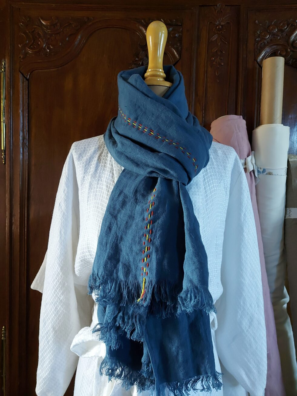 echarpe en lin avec broderie en laine Merinos @maisonnormande.boutique