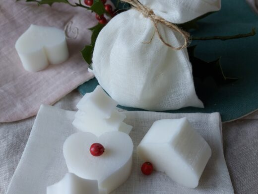 Linen pouch of small artisanal soaps @ maisonnormande.boutique